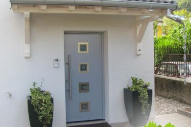 dettaglio-finitura-esterna-pavimentazione-con-cubetti-di-porfido-porta-blindata-tettoia
