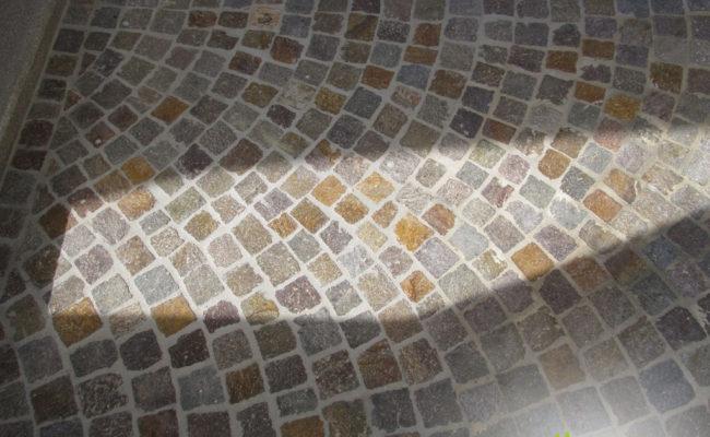pavimentazione-con-cubetti-di-porfido-in-colore-misto